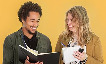 Billede af to studerende